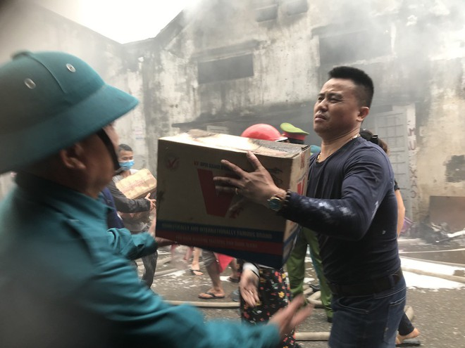 Cháy kinh hoàng ở chợ Vinh, hàng nghìn người và công an mướt mồ hôi cứu hàng - Ảnh 10.