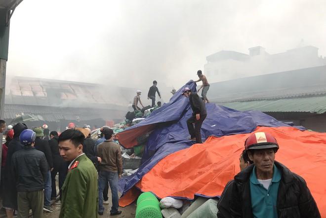 Cháy kinh hoàng ở chợ Vinh, hàng nghìn người và công an mướt mồ hôi cứu hàng - Ảnh 8.