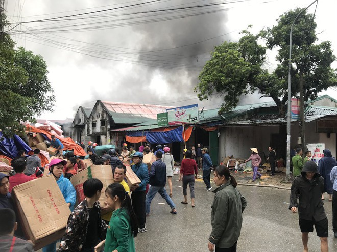 Cháy kinh hoàng ở chợ Vinh, hàng nghìn người và công an mướt mồ hôi cứu hàng - Ảnh 7.