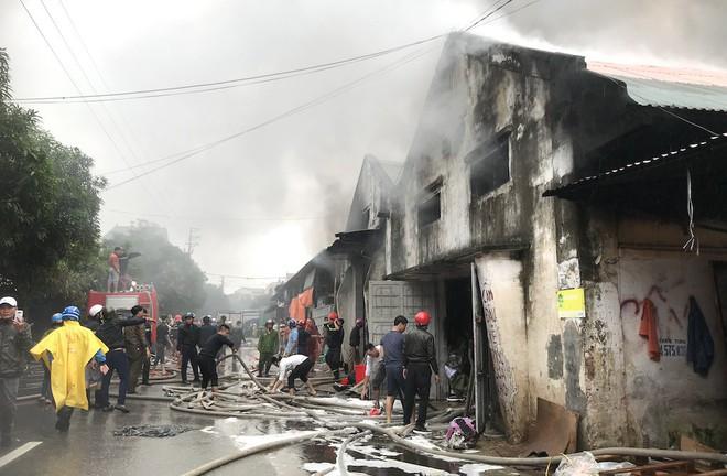 Cháy kinh hoàng ở chợ Vinh, hàng nghìn người và công an mướt mồ hôi cứu hàng - Ảnh 2.