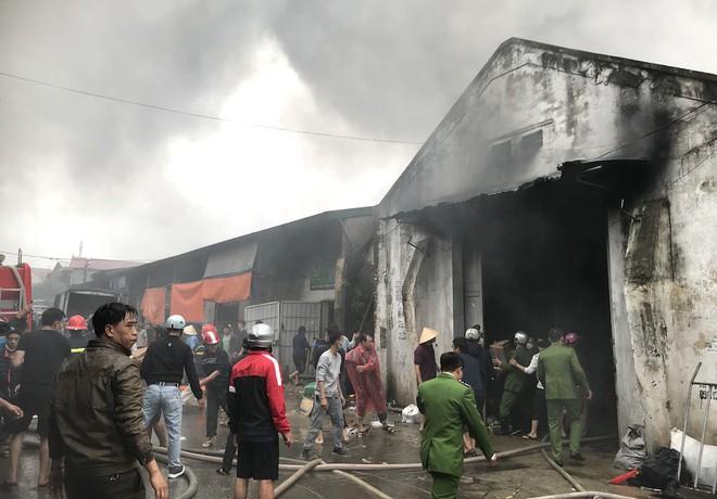 Cháy kinh hoàng ở chợ Vinh, hàng nghìn người và công an mướt mồ hôi cứu hàng - Ảnh 5.