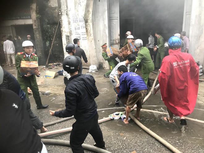 Cháy kinh hoàng ở chợ Vinh, hàng nghìn người và công an mướt mồ hôi cứu hàng - Ảnh 4.