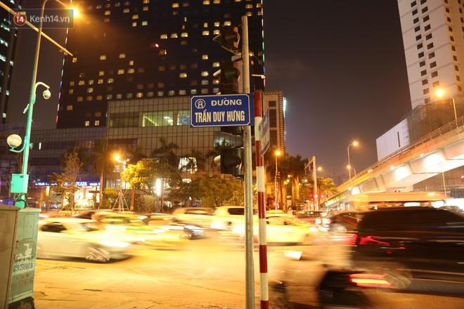 Clip: Không thuộc danh sách 10 điểm nghi có hoạt động mại dâm nhưng đây là những gì xảy ra trên phố Trần Duy Hưng mỗi đêm - Ảnh 1.