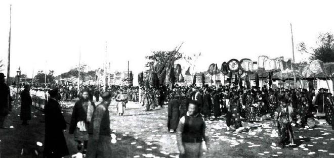Ảnh hiếm trong tang lễ Từ Hi Thái hậu qua ống kính phóng viên Hà Lan: Xa hoa bậc nhất, đoàn người đưa tiễn dài vô tận - ảnh 13