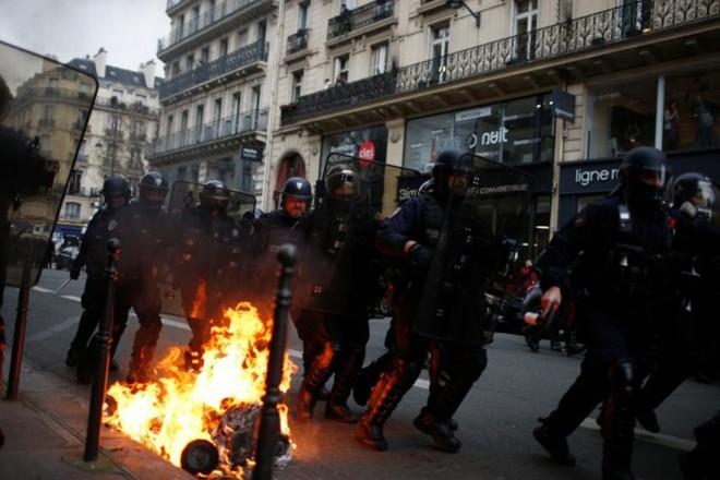 Paris của Pháp tiếp tục hỗn loạn trong đợt biểu tình thứ 4 - Ảnh 13.
