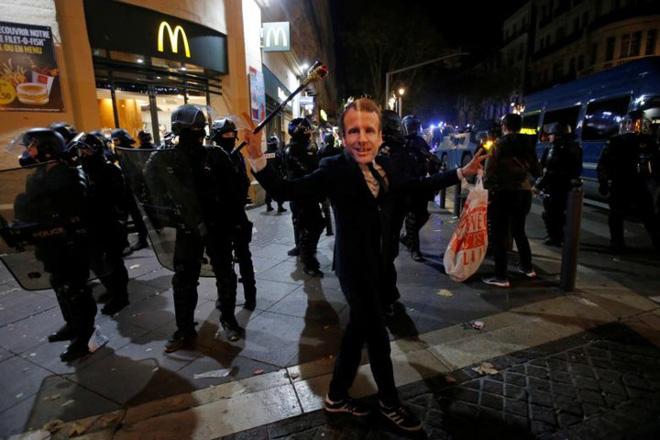 Paris của Pháp tiếp tục hỗn loạn trong đợt biểu tình thứ 4 - Ảnh 16.