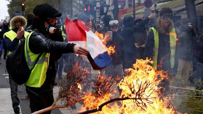 Paris của Pháp tiếp tục hỗn loạn trong đợt biểu tình thứ 4 - Ảnh 19.