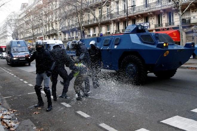 Paris của Pháp tiếp tục hỗn loạn trong đợt biểu tình thứ 4 - Ảnh 3.