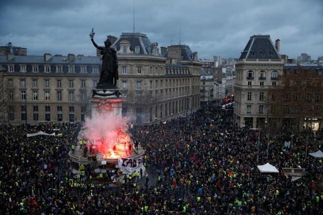 Paris của Pháp tiếp tục hỗn loạn trong đợt biểu tình thứ 4 - Ảnh 4.
