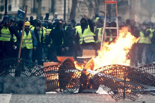 Paris của Pháp tiếp tục hỗn loạn trong đợt biểu tình thứ 4 - Ảnh 7.