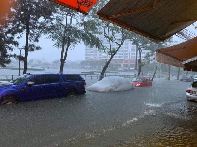 Giữa trận mưa lớn ở Đà Nẵng, hành động của chiến sỹ CSGT được người dân quay lại, gây xôn xao - ảnh 3