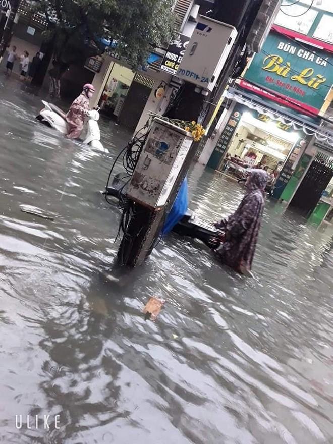 Giữa trận mưa lớn ở Đà Nẵng, hành động của chiến sỹ CSGT được người dân quay lại, gây xôn xao - ảnh 4