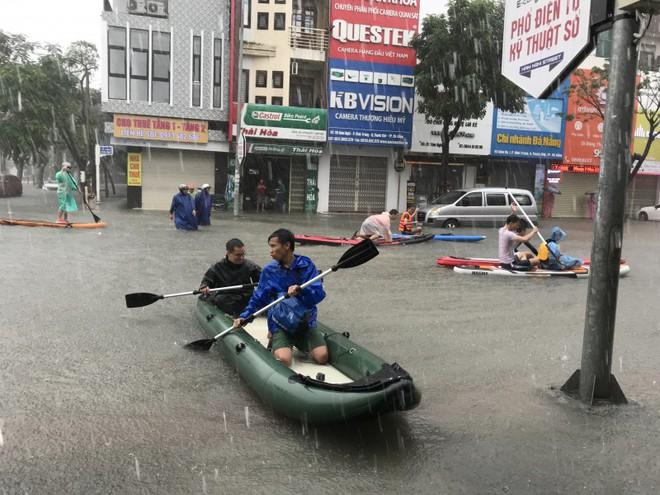 24 giờ Đà Nẵng hỗn loạn trong mưa ngập - Ảnh 4.