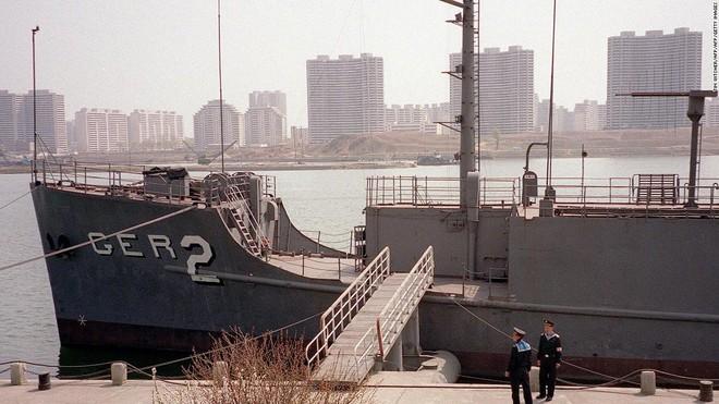 Triều Tiên bắt tận tay tàu gián điệp, Mỹ bẽ bàng nhận lỗi, suýt nổ ra chiến tranh hạt nhân - Ảnh 7.
