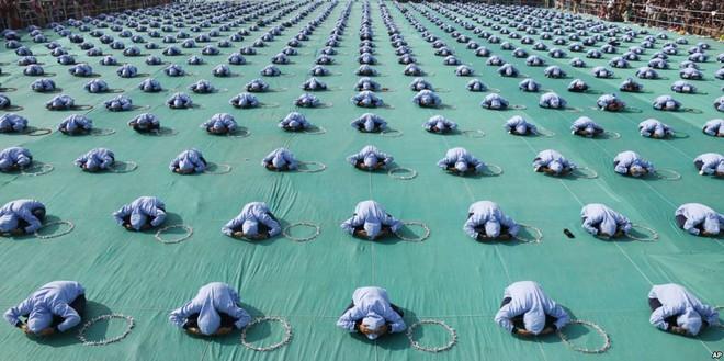 24h qua ảnh: Cậu bé Hàn Quốc vui sướng ngậm cá hồi sống trong lễ hội băng - Ảnh 11.