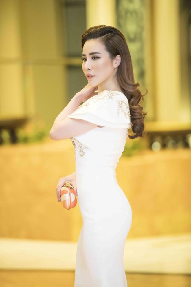 Ngắm hoa hậu Hoàng Dung kiều diễm và sang trọng - Ảnh 3.