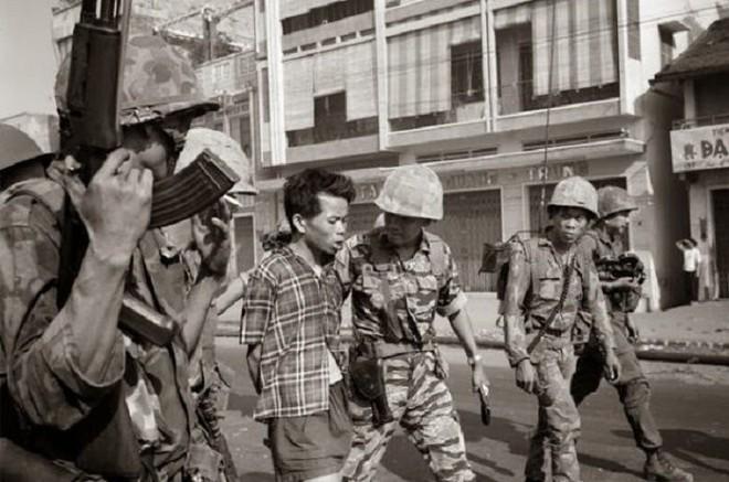 Đi tìm tung tích chiến sỹ biệt động bị Nguyễn Ngọc Loan bắn giữa phố trong bức ảnh gây sốc thế giới - Ảnh 1.