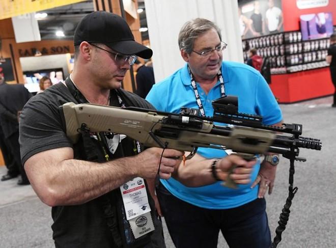 Những khẩu súng đáng sợ nhất tại triển lãm vũ khí SHOT - Ảnh 3.