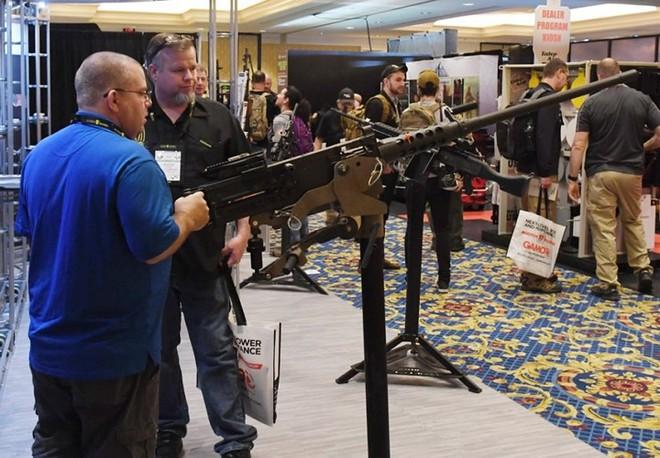 Những khẩu súng đáng sợ nhất tại triển lãm vũ khí SHOT - Ảnh 4.