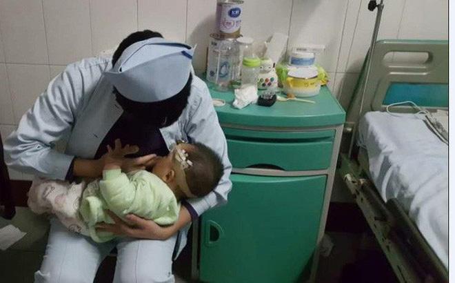 Cả nhà bị tai nạn giao thông, bé 1 tuổi xuất huyết não được 2 y tá thay nhau cho bú khiến ai trông thấy cũng ấm lòng