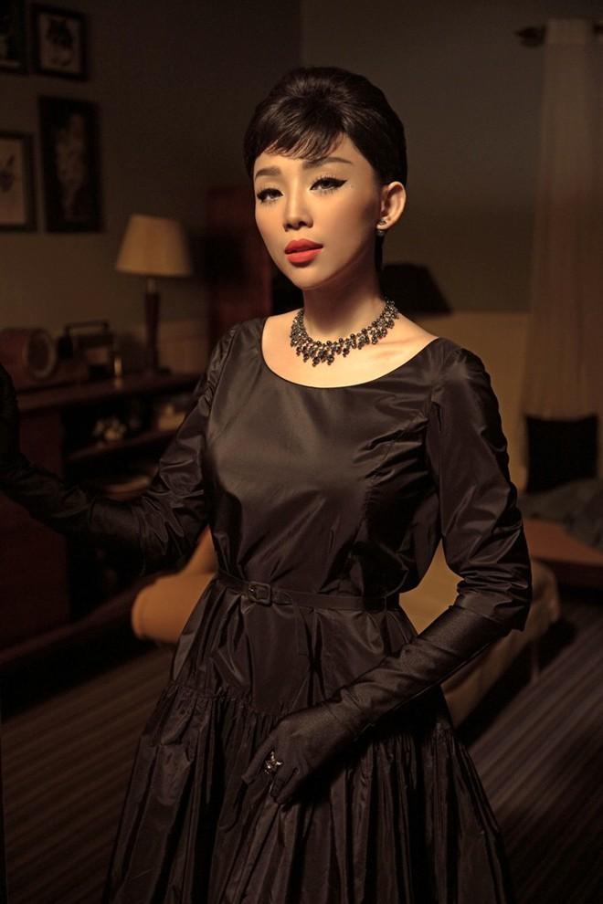Tóc Tiên đầy lạ lẫm khi mặc đồ hiệu, hóa quý cô thập niên 60  - Ảnh 5.