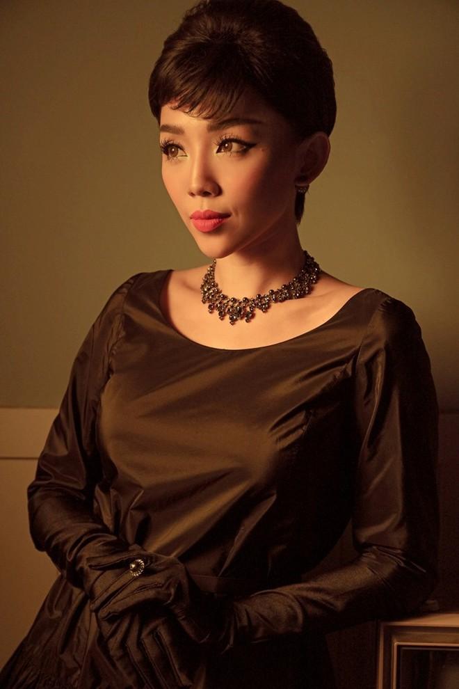 Tóc Tiên đầy lạ lẫm khi mặc đồ hiệu, hóa quý cô thập niên 60  - Ảnh 3.