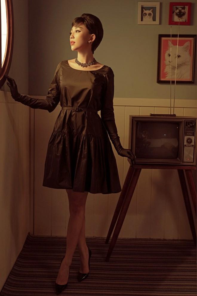 Tóc Tiên đầy lạ lẫm khi mặc đồ hiệu, hóa quý cô thập niên 60  - Ảnh 1.