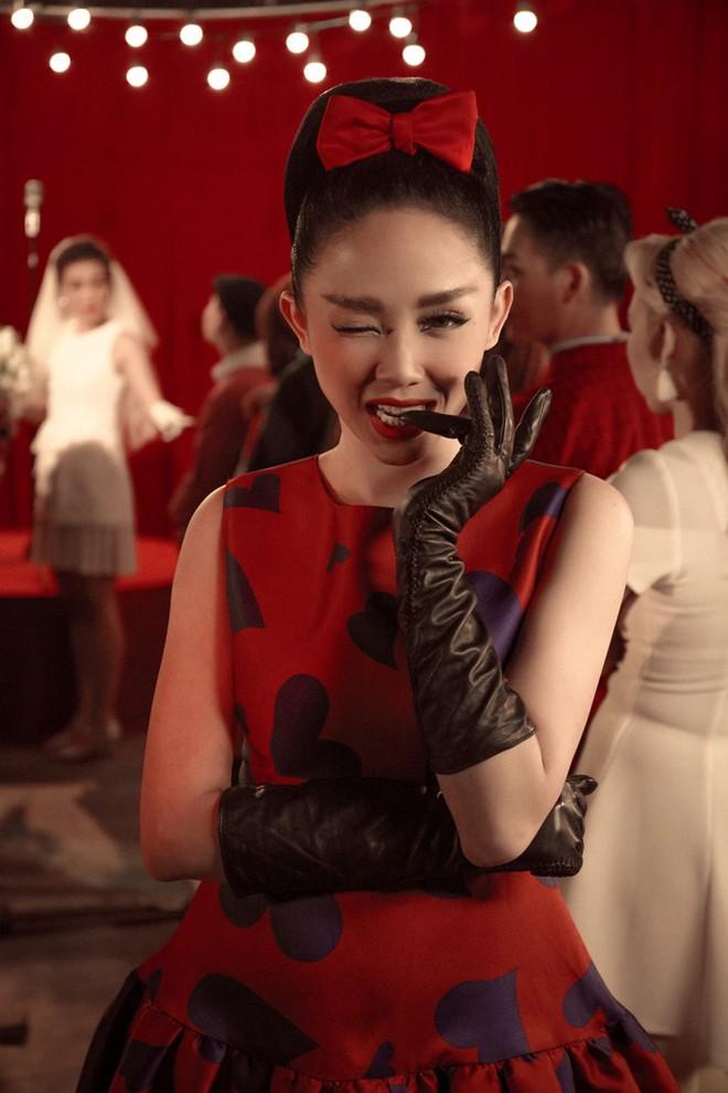Tóc Tiên đầy lạ lẫm khi mặc đồ hiệu, hóa quý cô thập niên 60  - Ảnh 2.