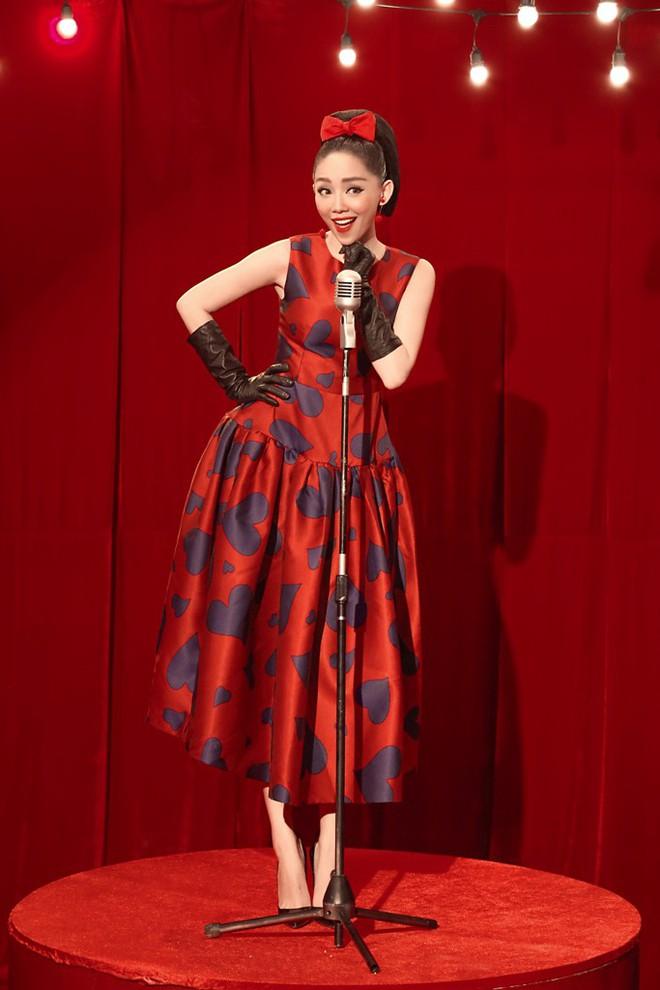 Tóc Tiên đầy lạ lẫm khi mặc đồ hiệu, hóa quý cô thập niên 60  - Ảnh 7.