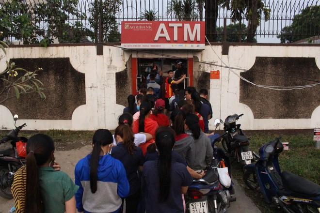 Bình Dương: Công nhân xếp hàng dài, chờ hàng giờ mới rút được tiền về quê ăn Tết - Ảnh 1.