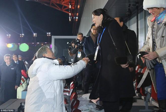 [ẢNH] Dàn cổ động viên Triều Tiên xinh đẹp rực đỏ, đốt cháy giá lạnh Olympic Mùa đông - Ảnh 6.