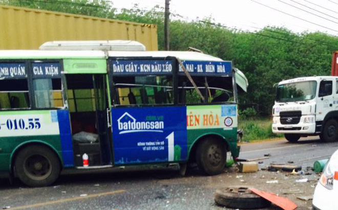 Xe buýt tông liên hoàn, 7 người thương vong ở Đồng Nai