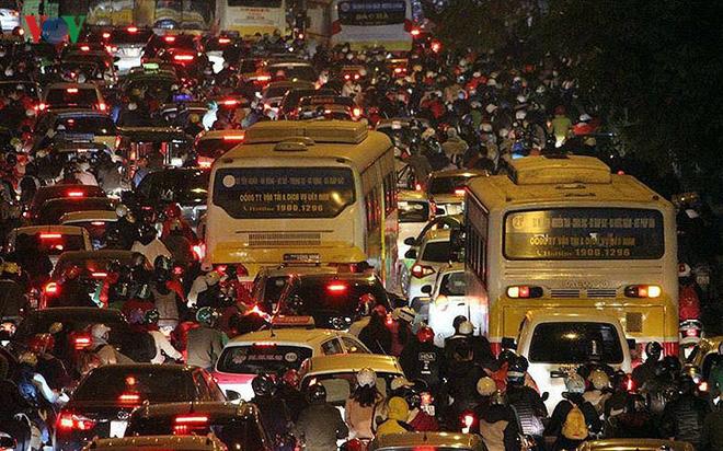 Đường phố Hà Nội ùn tắc kinh hoàng bất kể giờ giấc - Ảnh 17.