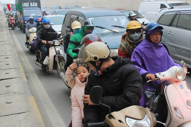 Đường phố Hà Nội ùn tắc kinh hoàng bất kể giờ giấc - Ảnh 3.