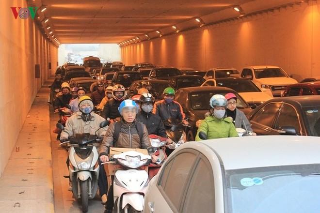 Đường phố Hà Nội ùn tắc kinh hoàng bất kể giờ giấc - Ảnh 7.