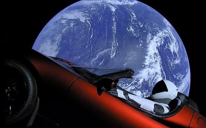 Tesla và SpaceX đã bắt đầu sáp nhập lại với nhau như thế nào sau vụ phóng siêu xe Roadster của tên lửa Falcon Heavy?