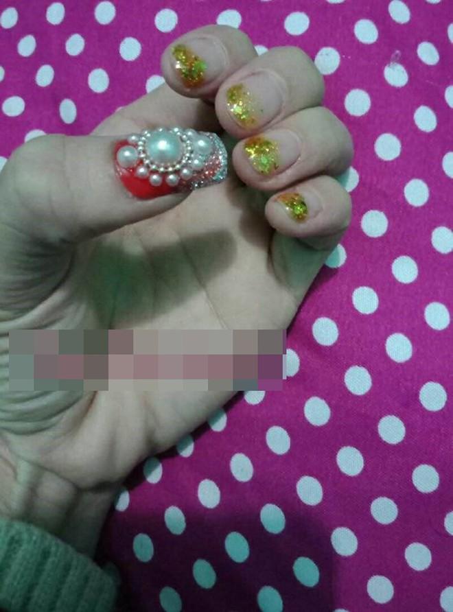 Bộ móng tay đón Tết của cô gái khiến nhiều người giật mình  - Ảnh 2.