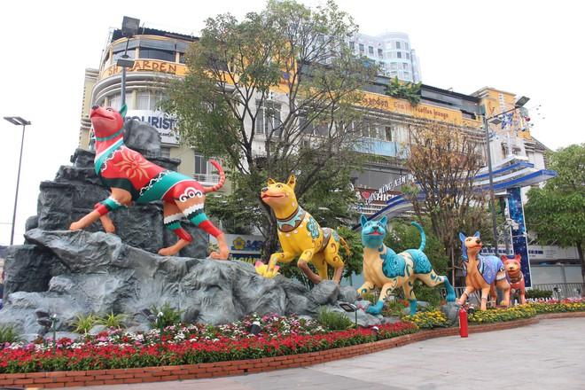 Cận cảnh bầy chó lắc lư cao 2m trên đường hoa Tết Sài Gòn - Ảnh 4.