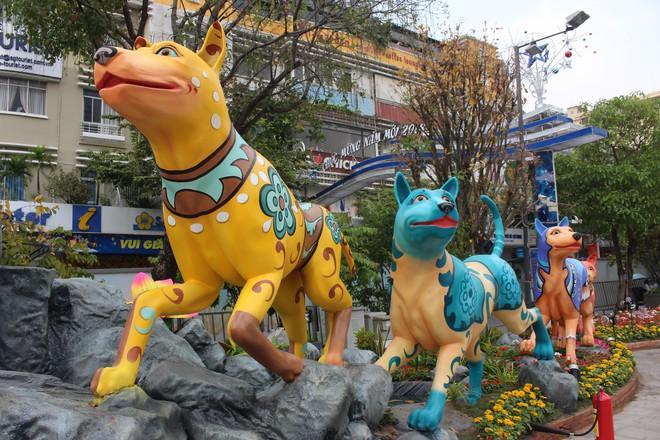 Cận cảnh bầy chó lắc lư cao 2m trên đường hoa Tết Sài Gòn - Ảnh 6.