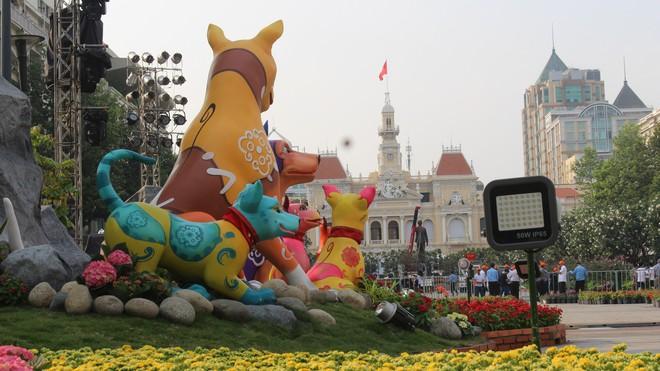 Cận cảnh bầy chó lắc lư cao 2m trên đường hoa Tết Sài Gòn - Ảnh 8.