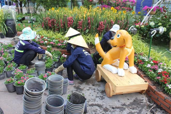 Cận cảnh bầy chó lắc lư cao 2m trên đường hoa Tết Sài Gòn - Ảnh 12.