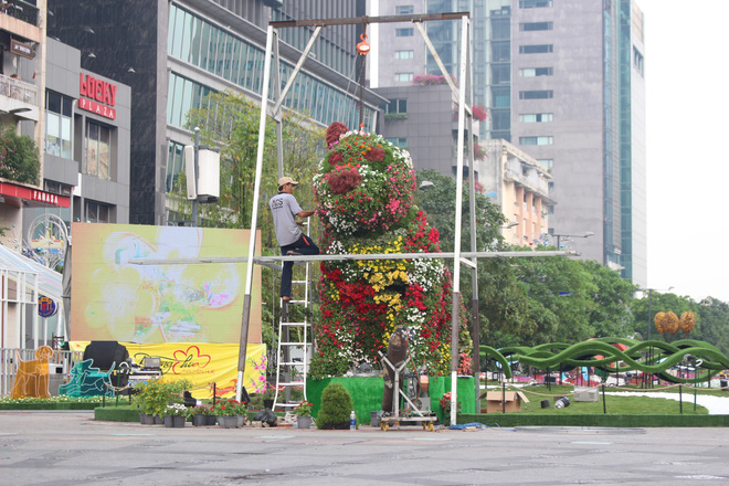 Cận cảnh bầy chó lắc lư cao 2m trên đường hoa Tết Sài Gòn - Ảnh 10.