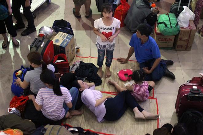 Hàng nghìn người vật vờ ở ga Sài Gòn lúc nửa đêm chờ tàu về quê ăn tết - Ảnh 6.