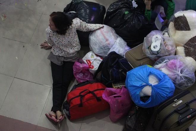 Hàng nghìn người vật vờ ở ga Sài Gòn lúc nửa đêm chờ tàu về quê ăn tết - Ảnh 14.