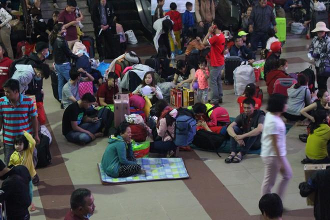 Hàng nghìn người vật vờ ở ga Sài Gòn lúc nửa đêm chờ tàu về quê ăn tết - Ảnh 4.