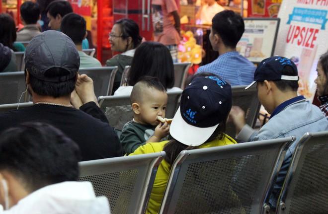 Hàng nghìn người vật vờ ở ga Sài Gòn lúc nửa đêm chờ tàu về quê ăn tết - Ảnh 13.