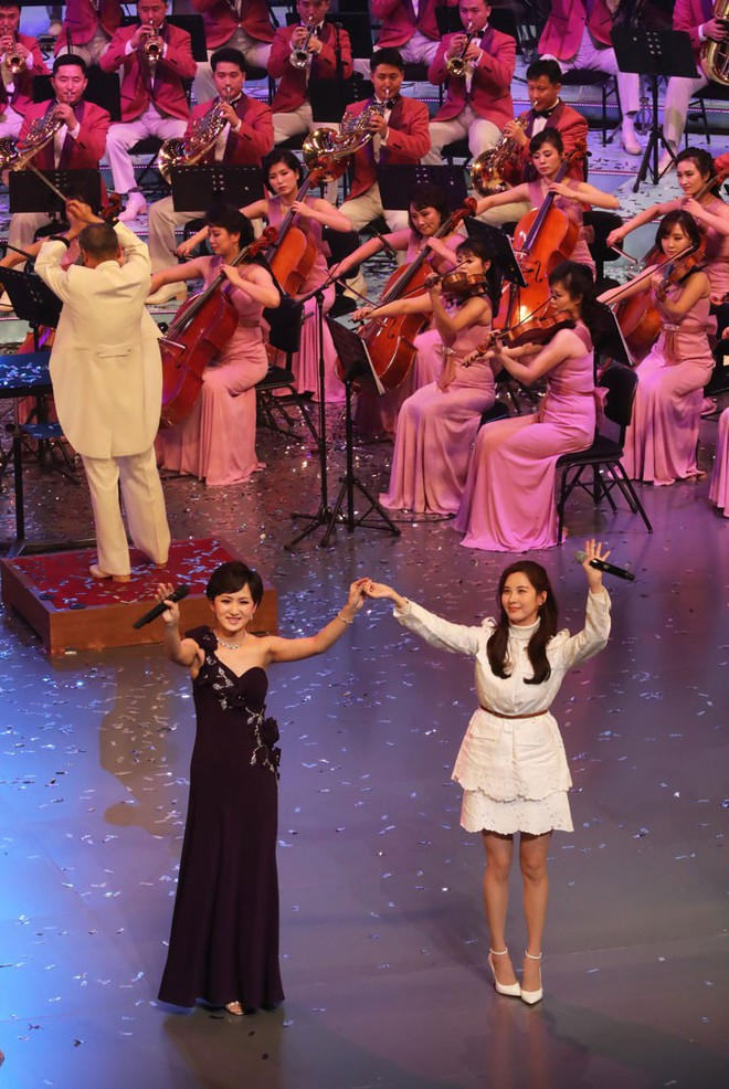 TT Moon trò chuyện vui vẻ với em gái ông Kim, đại diện Triều Tiên rơi lệ khi xem ca nhạc - Ảnh 1.