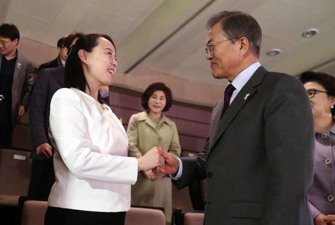 TT Moon trò chuyện vui vẻ với em gái ông Kim, đại diện Triều Tiên rơi lệ khi xem ca nhạc - Ảnh 4.