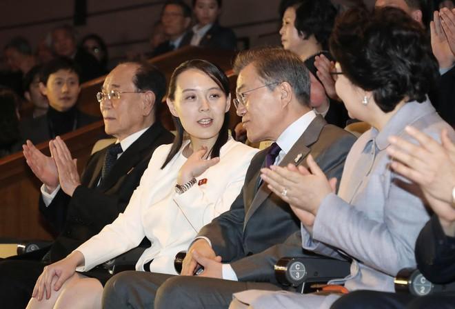 TT Moon trò chuyện vui vẻ với em gái ông Kim, đại diện Triều Tiên rơi lệ khi xem ca nhạc - Ảnh 5.