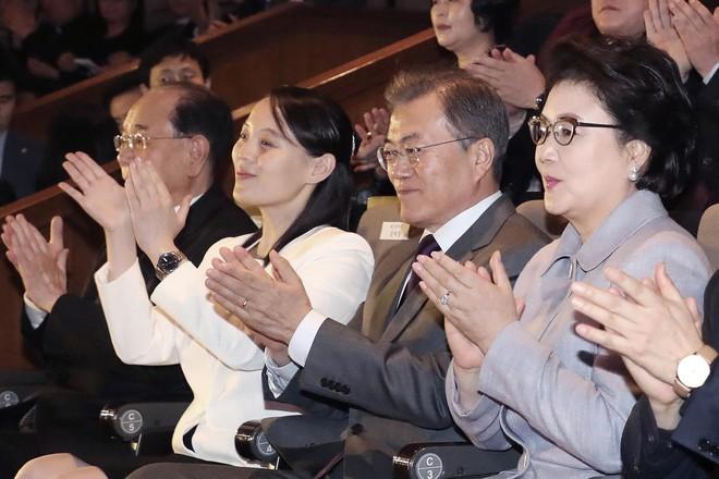 TT Moon trò chuyện vui vẻ với em gái ông Kim, đại diện Triều Tiên rơi lệ khi xem ca nhạc - Ảnh 6.